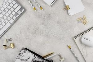 assortimento di articoli per il posto di lavoro vista dall'alto foto