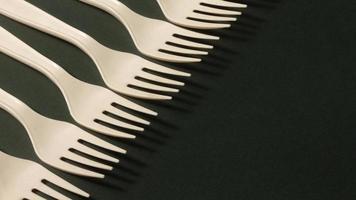 assortimento di forchette ad alto angolo sul tavolo foto