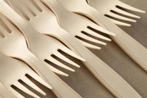 disposizione delle forche ad alto angolo sul tavolo foto
