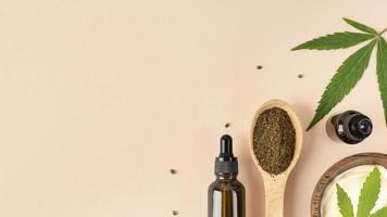 vista dall'alto assortimento di bottiglie di olio di cannabis naturale con foglia di cannabis foto