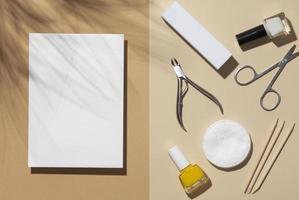 disposizione piatta natura morta prodotti per la cura delle unghie foto