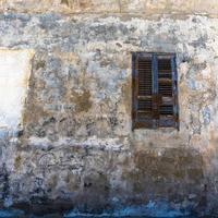 persiane in legno su vecchio edificio foto