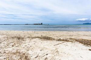 vecchi capannoni industriali abbandonati vicino al mare foto