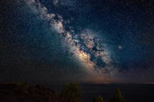 galassia della via lattea dalla penisola kassandra, halkidiki, grecia. il cielo notturno è astronomicamente preciso. foto