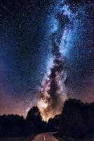 galassia della via lattea sulla strada forestale. galassia della via lattea sulla strada forestale di montagna, rajac, serbia. il cielo notturno è astronomicamente preciso. foto