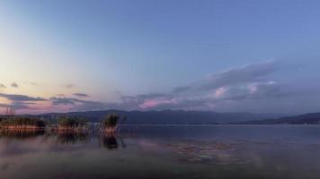 tranquilla serata al lago. tramonto al lago dojran, fyr macedonia. Macedonia meridionale. foto