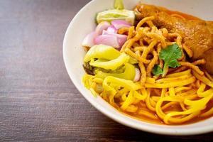 zuppa di noodle al curry del nord thailandese con pollo foto