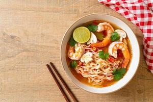 spaghetti istantanei ramen in zuppa piccante con gamberi o tom yum kung foto