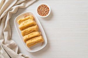 tofu fritto con salsa - stile vegano e vegetariano foto