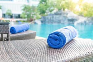 asciugamano ravvicinato su una sedia a sdraio - concetto di viaggio e vacanza foto