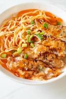 noodles ramen con gyoza o gnocchi di maiale - stile cibo asiatico foto