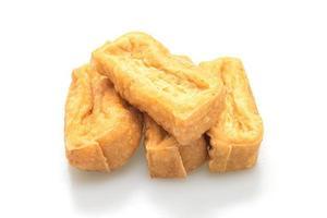 tofu fritto isolato su sfondo bianco - stile alimentare vegano e vegetariano foto