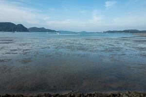 bassa marea sulla spiaggia di Langkawi foto
