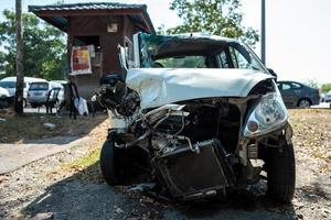 un'auto danneggiata a langkawi in malesia foto