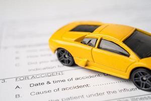 auto su richiesta di assicurazione incidente auto forma sfondo, prestito auto, finanza, risparmio di denaro, assicurazioni e concetti di tempo di leasing. foto
