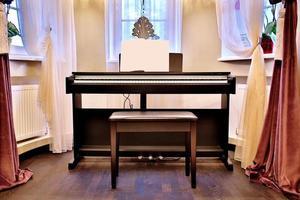 vecchio pianoforte nell'antica casa. la stanza è in stile invecchiato. interno della casa. foto