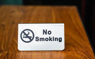 cartello vietato fumare sul tavolo foto