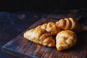 colazione croissant pane sul tavolo di legno foto