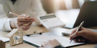 l'agente statale fornisce penna e documenti accordo con il cliente per firmare il contratto. foto
