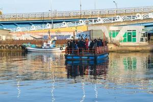 seoul, corea, 2 gennaio 2016 - visitatori che prendono un traghetto foto