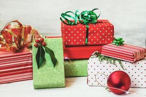 scatole regalo verdi e rosse sfondo di natale foto