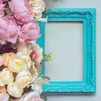 composizione fatta di cornice decorativa e fiori color pastello con copia spazio foto