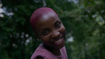 ritratto di giovane donna nel parco che fa cenno foto