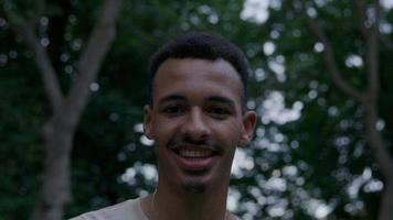 ritratto di giovane uomo che guarda l'obbiettivo sorridente foto