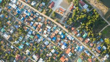 veduta aerea del paesaggio del villaggio rurale al mattino foto