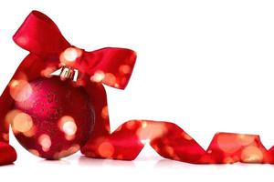 palla di natale rossa, con nastro rosso e fiocco, su sfondo bianco con spazio copia foto