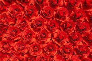 fiore di carta, rose rosse tagliate da carta, decorazioni nuziali, sfondo floreale astratto foto