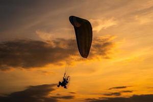 la sagoma del paramotore al tramonto foto