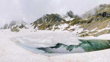 lago di ponteranica sulle alpi orobie al disgelo foto