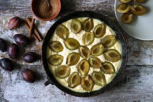 torta di prugne fatta in casa che cucina plum cake foto