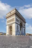 vista dell'arco di trionfo dalla strada a parigi foto