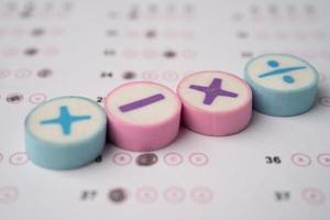 simbolo matematico sul foglio di risposta sfondo educazione studio apprendimento matematica insegnare concetto. foto