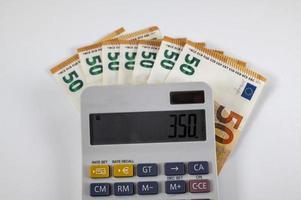 Banconote da 50 euro con calcolatrice foto