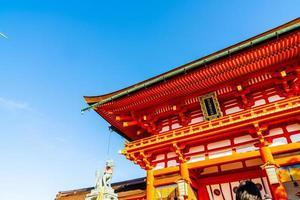 bella architettura al santuario di fushimi inari a kyoto, in giappone. foto