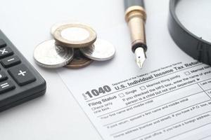 primo piano di un modulo di dichiarazione dei redditi e penna sul tavolo. foto