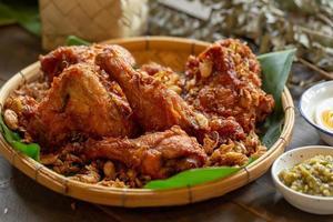 pollo fritto all'aglio su un tavolo di legno foto