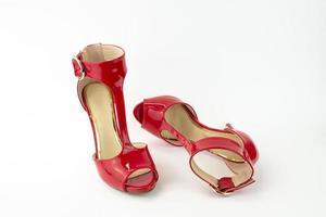 sandalo con tacco in vernice rossa foto