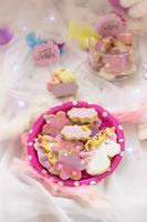 """biscotti di compleanno - dettaglio di un tavolo da dessert - biscotti colorati con topper rosa """"buon compleanno"""" foto"""