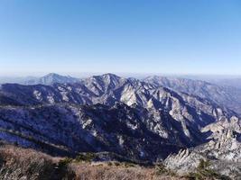 ottima vista sulle bellissime montagne seoraksan. Corea del Sud foto