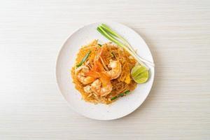 vermicelli pad thai o thai vermicelli saltati in padella con gamberi foto