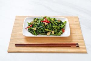 gloria mattutina cinese saltata in padella o spinaci d'acqua foto
