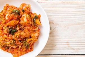 cavolo kimchi sul piatto foto
