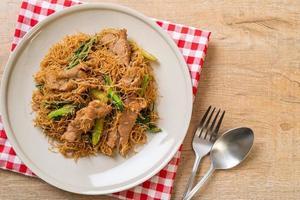 vermicelli di riso saltati in padella con salsa di soia nera e maiale foto