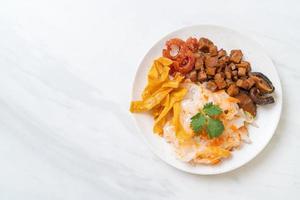 spaghetti di riso cinesi al vapore con maiale e tofu in salsa di soia dolce foto
