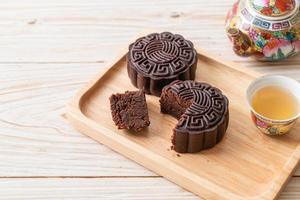 torta di luna cinese al gusto di cioccolato fondente foto