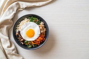 insalata piccante coreana con riso - cibo tradizionalmente coreano, bibimbap foto